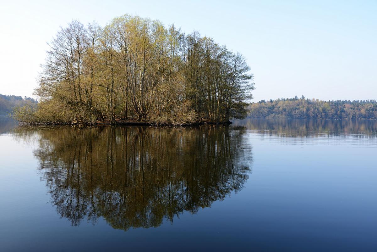 Skanderborg sø mellem jernbanen og motorvejen